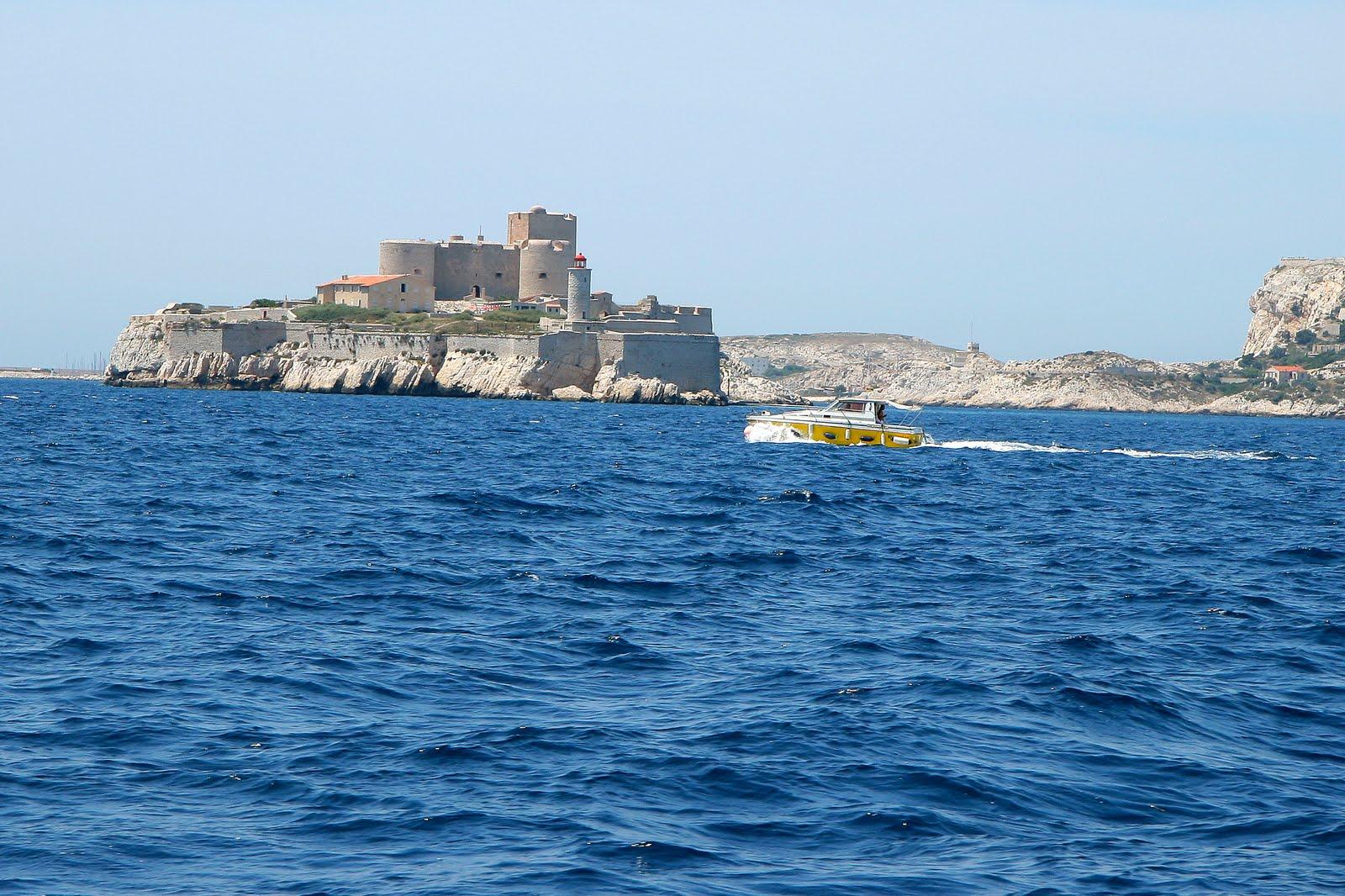 Замок Иф расположен в миле от Марселя в Средиземном море. Средневековые замки. Замки Франции. фото