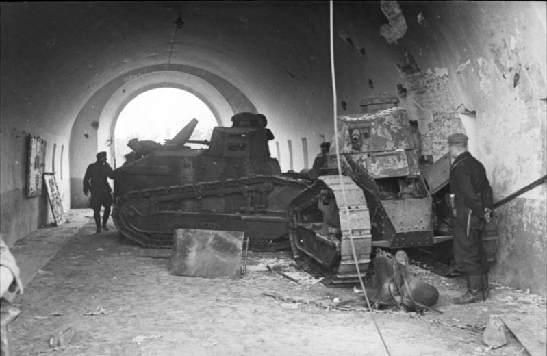 Подбитые польские FT 17 в Брестской крепости. Фото