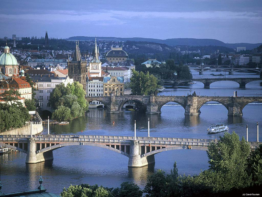 Мосты в Праге.  Река Влтава в Праге. .