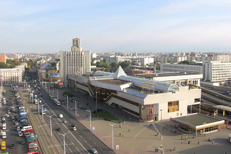 Железнодорожный вокзал в Минске.  Привокзальная площадь в Минске.  Фото.