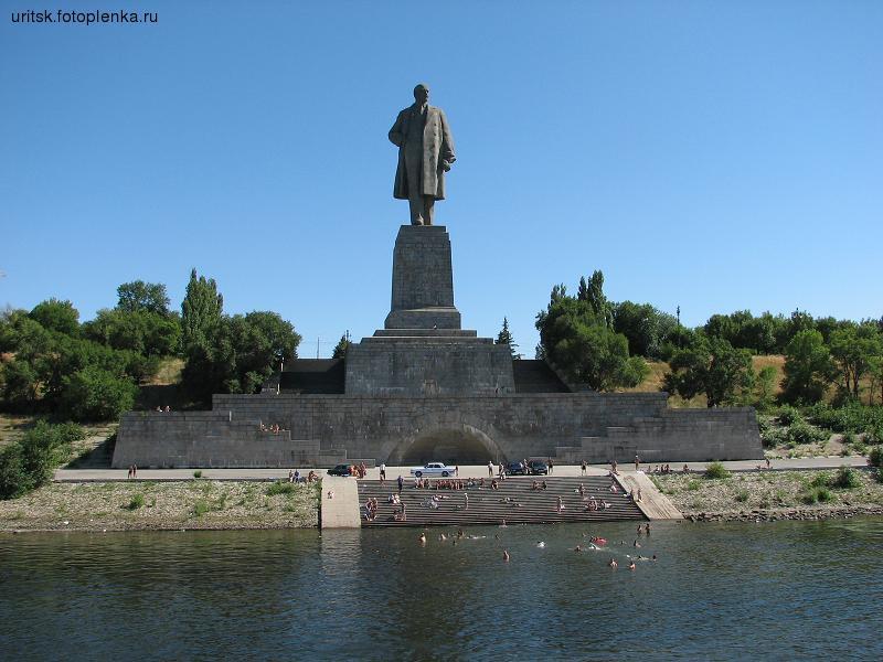 Памятник В.И. Ленину на входе в ВДСК. Раньше, как известно, на его месте столял памятник Сталину: