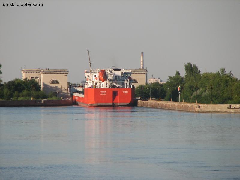 Зрелище, как огромные по речным меркам танкера втискиваются в шлюзы не может оставить равнодушным
